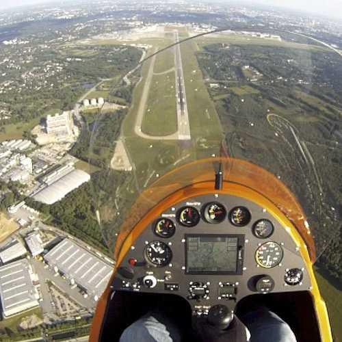 Gyrocopter über dem Hamburger Flughafen