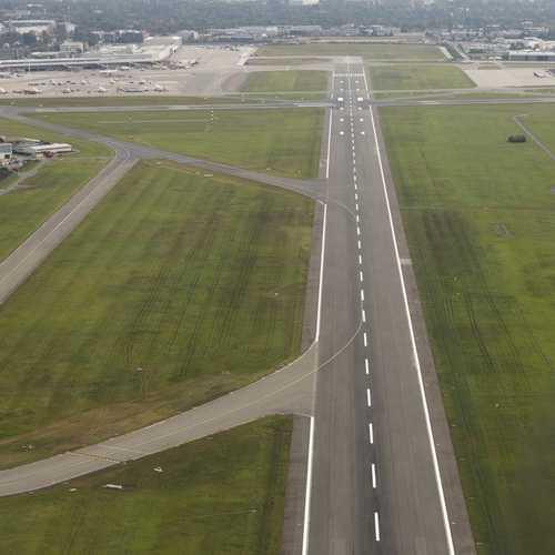 Sicht aus dem Gyrocopter auf Start-und Landebahn Hamburger Flughafen
